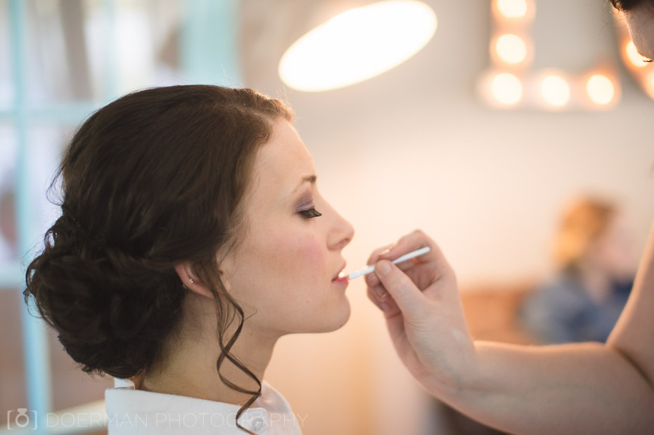 bride getting on makeup
